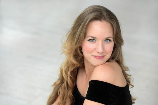 Angela Vallone singt Lieder im Foyer